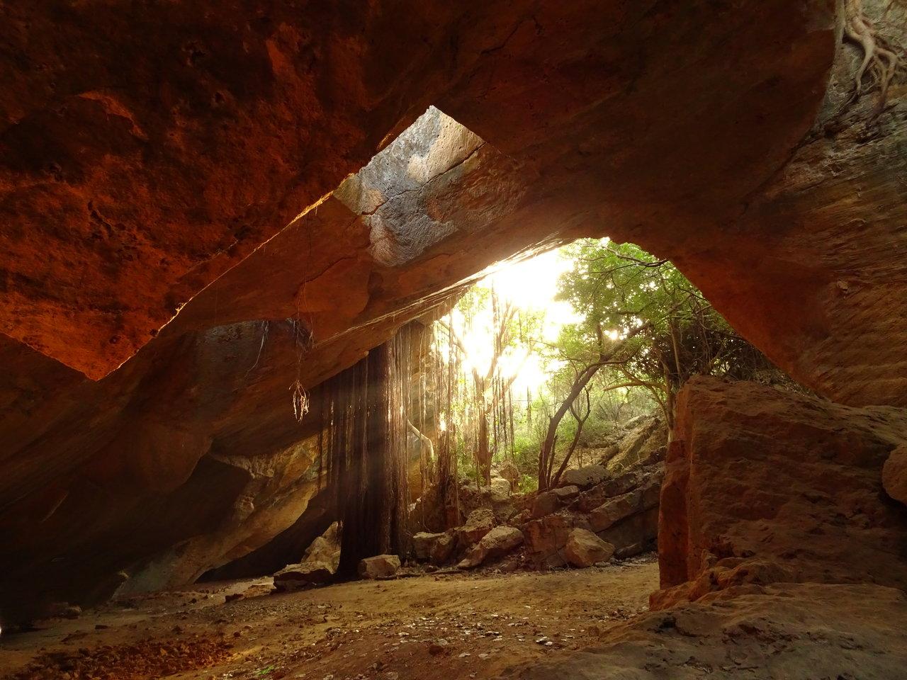 Naida Caves - lights playing